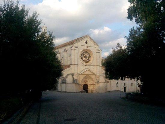 Abbazia di Fossanova : Vista dell'Abbazia dal viale di ingresso