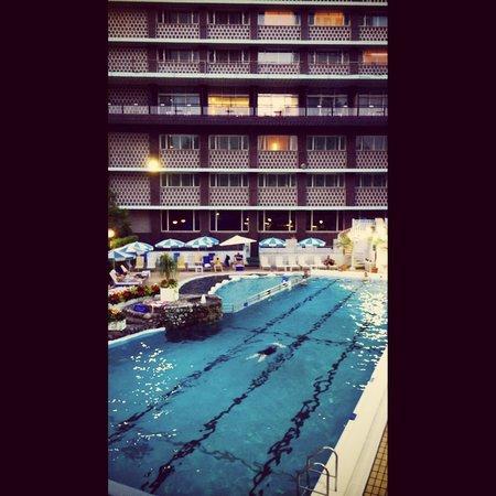 Hotel Okura Tokyo : 夜のプールはとても静かで、都会のオアシスです。