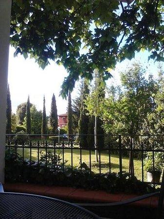 Villa La Fornacina : Vista da esplanada para a entrada