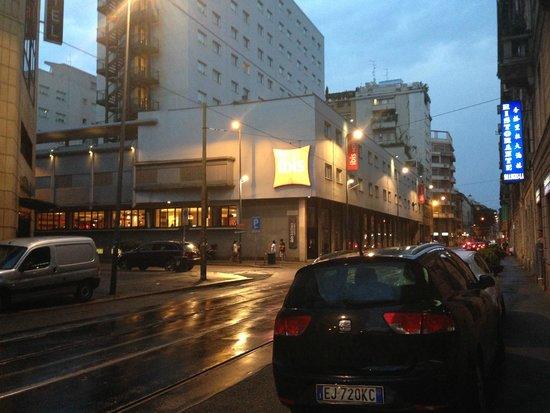 Ibis Milano Centro: Vista externa do hotel
