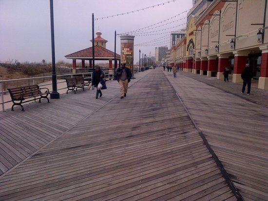 Atlantic City Boardwalk: looking north