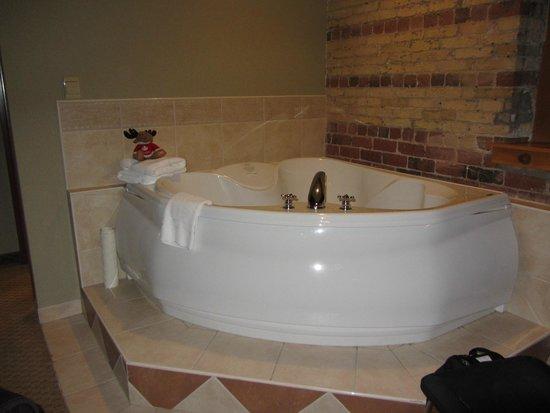 Murray Premises Hotel: Bathtub in our room