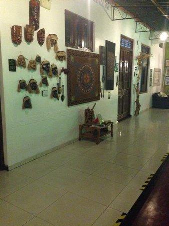 Hotel La Casona Iquitos: Decoración de los interiores del hotel