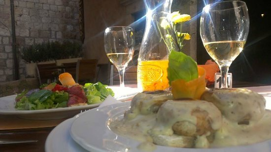 Rozario : Gorgonzola stuffed mushrooms and Prosciutto rolled with cheese. Local Pisop wine!