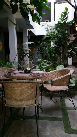 Frangipani Fine Arts Hotel: The courtyard breakfast area!