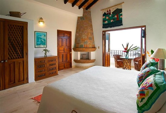 Casa Carole: Blue bedroom with King bed, balcony, ceiling fan,A/C and tiled bathe ensuite..