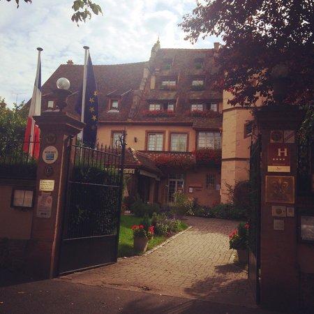 Hostellerie de la Pommeraie : Beautiful entry onto the property