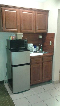 Riverside Towers: Kitchenette, even had full size coffee pot, toaster and dishes