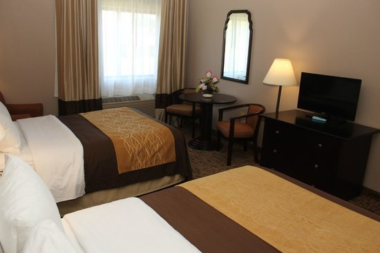 Quality Inn: Two Double Beds with Setting Area