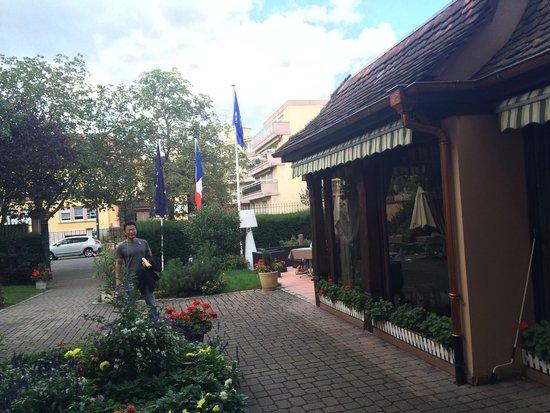 Abbaye de la Pommeraie : Restaurant in the courtyard
