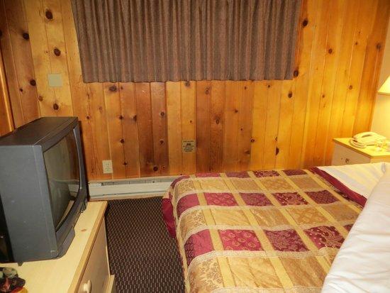 The Pines Resort : room 114