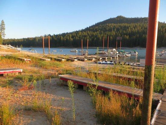 The Pines Resort : lake