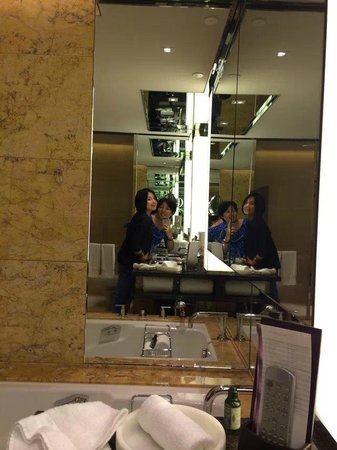 Four Seasons Hotel Hong Kong: bathroom take photo