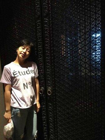Four Seasons Hotel Hong Kong: I like the gate of the dinner room