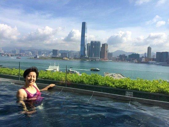 Four Seasons Hotel Hong Kong: let's swim
