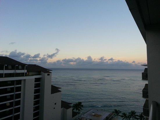 Outrigger Reef Waikiki Beach Resort: evening at an ocean view room
