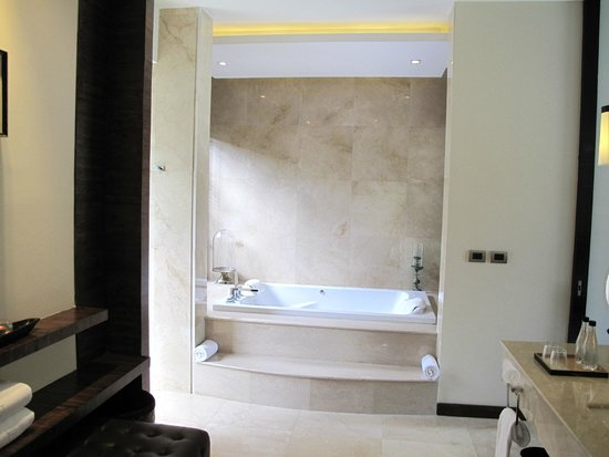 V Villas Hua Hin, MGallery by Sofitel: bubble bath