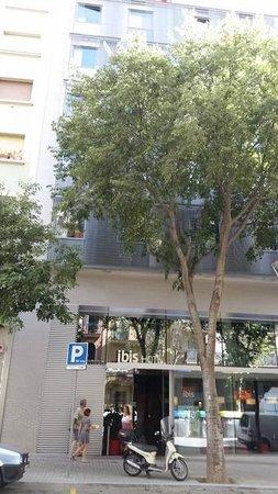 Ibis Barcelona Centro: Entrada do hotel Ibis Sagrada Família