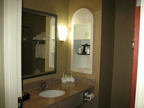 Holiday Inn Express Hotel & Suites Shreveport West: Clean, bright bathroom