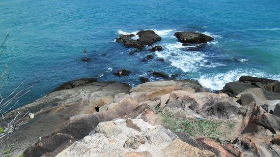 Gaibu Beach: Lindo a arrebentação das ondas nos pedras.