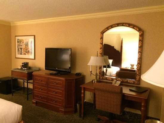Hilton New Orleans Airport : tv and desk area