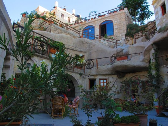 ShoeString Cave House: Entrance