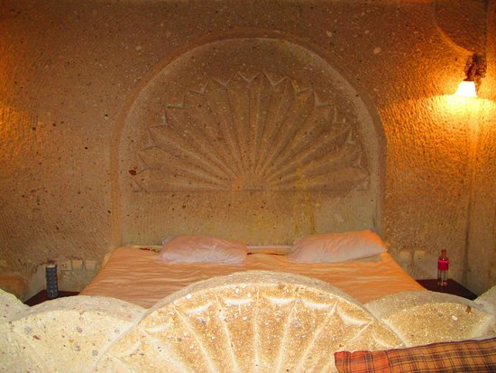 ShoeString Cave House: Carved in stone bed