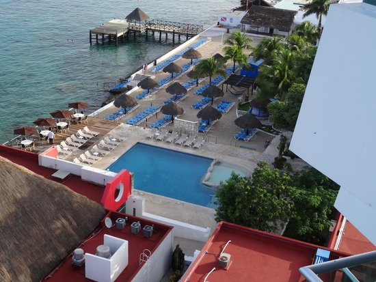 El Cid La Ceiba Beach Hotel: View of pool, beach, and dock from the tower