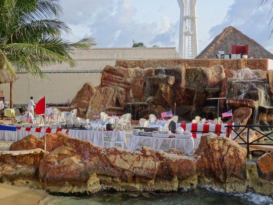El Cid La Ceiba Beach Hotel: Preparing a special American beach BBQ for July 4