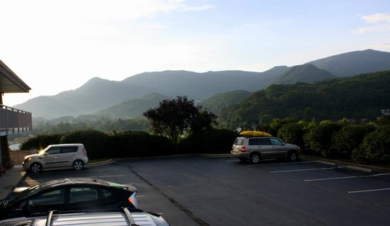 BEST WESTERN Smoky Mountain Inn: Beautiful view from hotel parking area!
