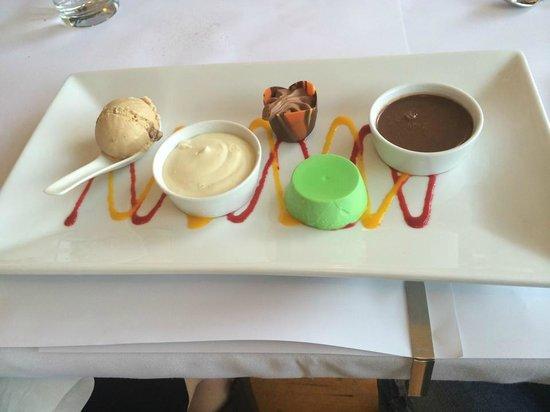 Flutes Restaurant: Petit Four Dessert