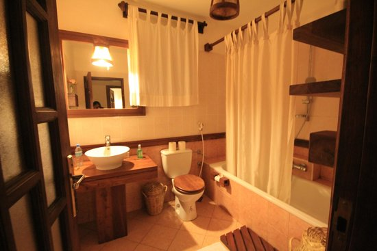 Onsea House Country Inn & Guest Cottage: Bathroom a bit dated and dusty