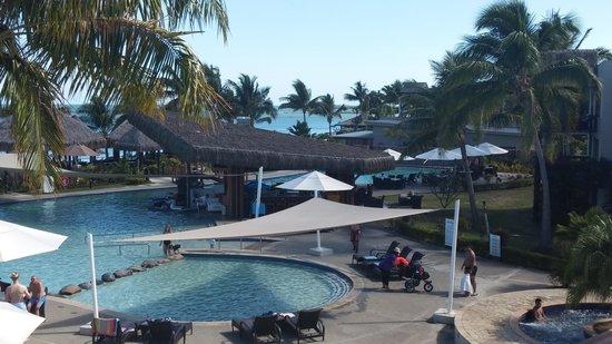 Wyndham Resort Denarau Island: Pool front bar