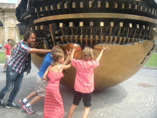 Angel Tours Rome: our guide with the kids making the earth move