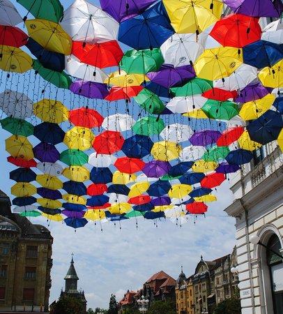 Piata Victoriei : Umbrellas installation, Alba Iulia street