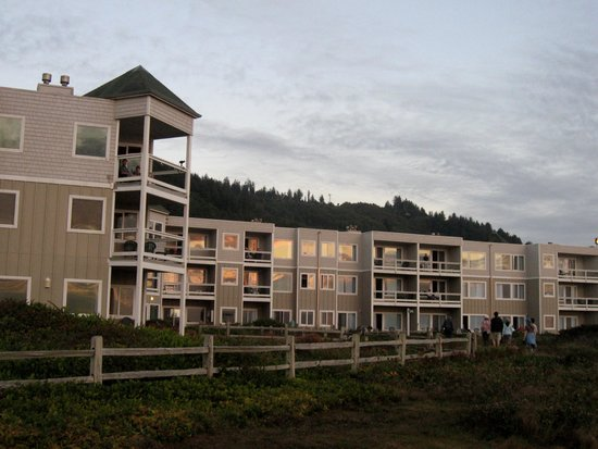 Overleaf Lodge & Spa: Lodge in early evening