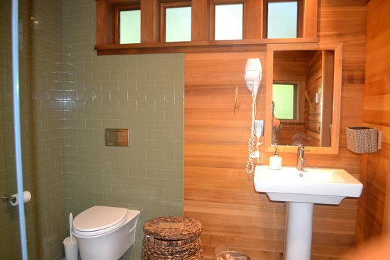 Treehouse Point: Super Clean Bathrooms