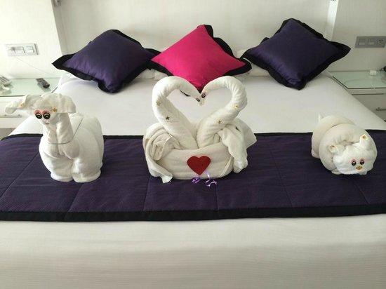Hotel Riu Palace Peninsula: Towel Sculptures 2