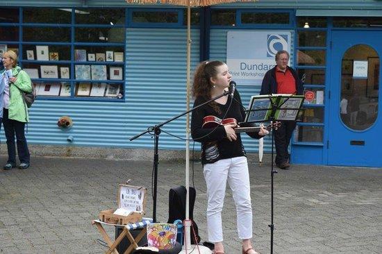 Granville Island: Singer on the street