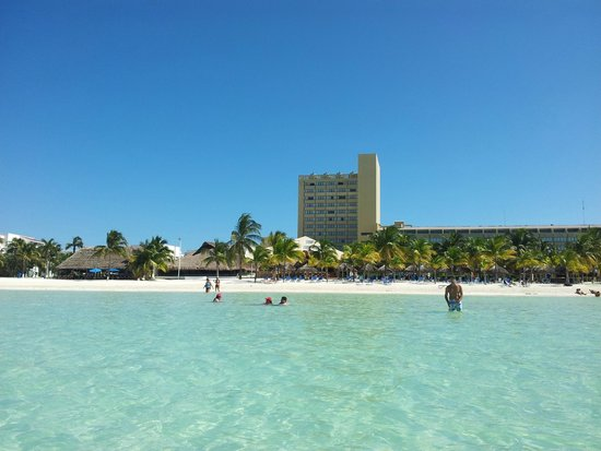 Presidente InterContinental Cancun Resort: Foto tirada dentro d'agua, na praia em frente ao Hotel