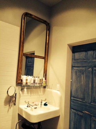 Metro Hotel & Cafe: our bathroom