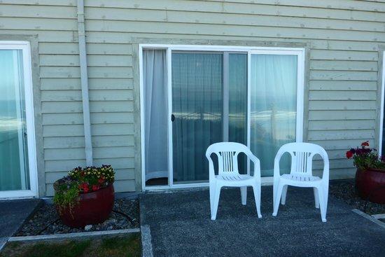Pelican Shores Inn: Small patio area