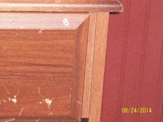 Alcoa Inn : scratched furniture