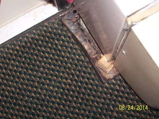 Alcoa Inn: A/C unit sitting on metal base sticking out on the floor