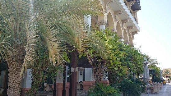 Shangri-La Hotel, Qaryat Al Beri, Abu Dhabi : just outside of restaurant - Sofra bld.