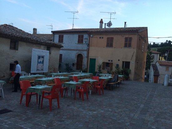 Ristorante La Grotta di Tufo: Essen auf der Piazza. Hammer lecker! :-)