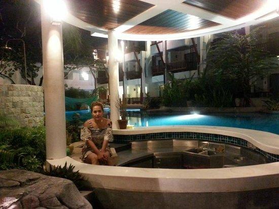 The Elements Krabi Resort: สระว่ายน้ำยามค่ำ