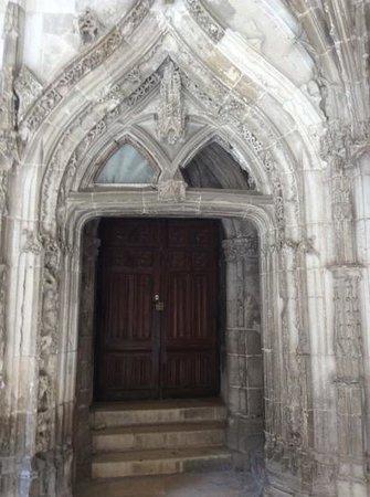 Cathédrale Saint-Étienne : porte visible dans le cloitre