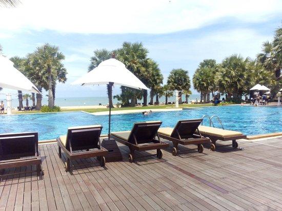Ravindra Beach Resort & Spa: สระด้านหน้า