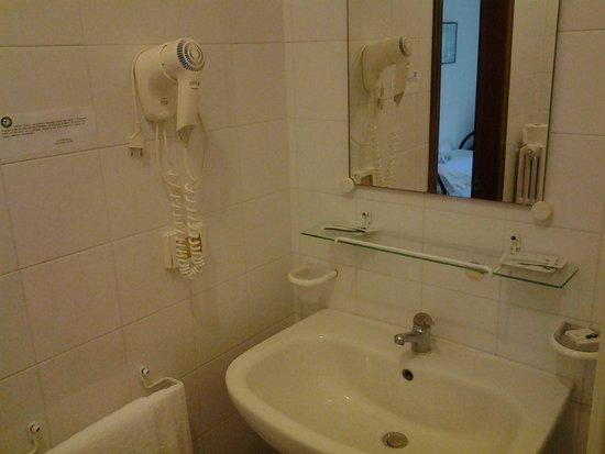 Eden Park Hotel: Lavandino bagno e asciugacapelli